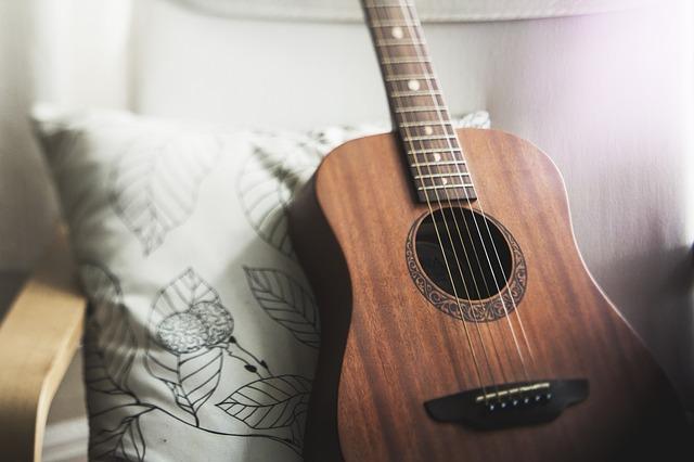 kytara na křesle