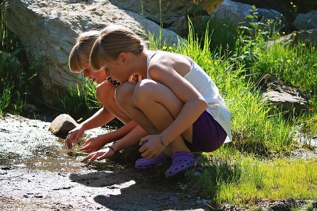 zvědavé děti u vody