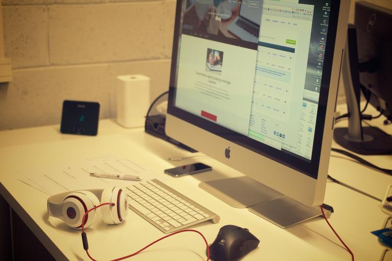 stůl s monitorem.jpg