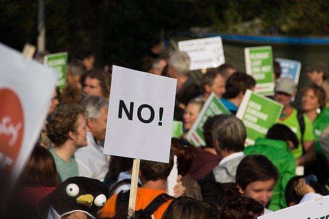 protestující dav