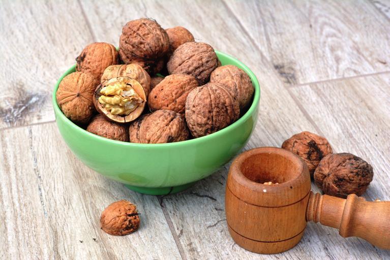vlašské ořechy v misce